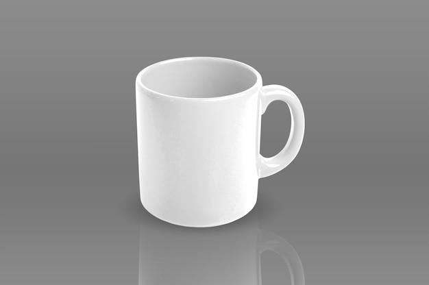 Taza blanca aislada con reflejo