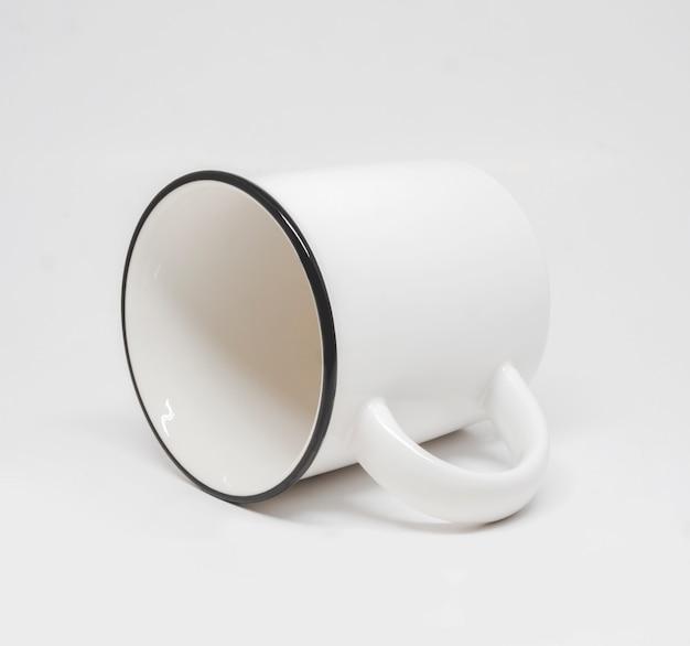 Taza blanca aislado en blanco