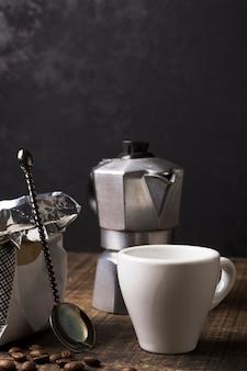 Taza blanca para café caliente y molinillo