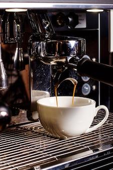 Taza blanca bajo café mashine