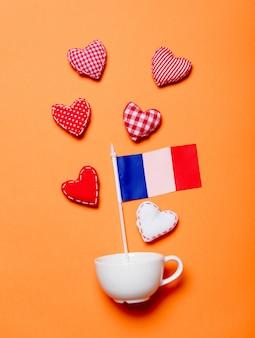 Taza blanca y formas de corazón con la bandera de francia.