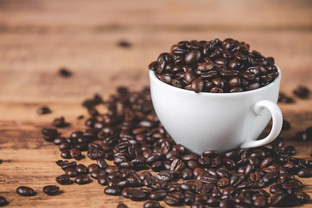Taza blanca con granos de café