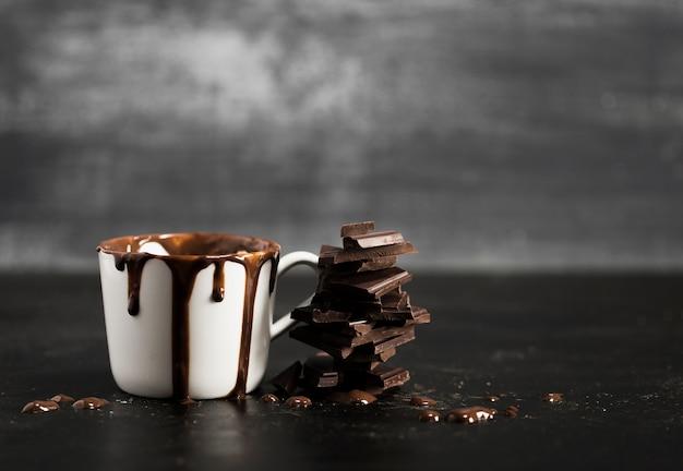 Taza blanca llena de chocolate y espacio de copia