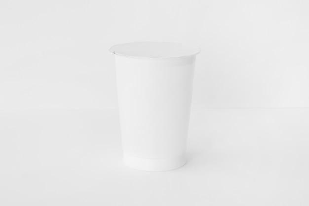 Taza blanca de productos lácteos frescos