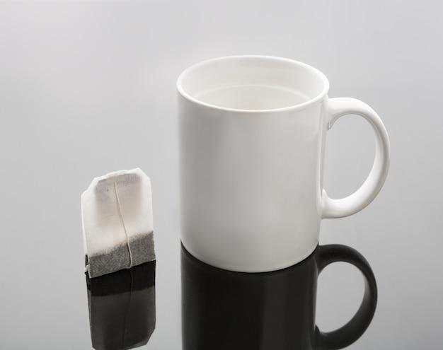 Taza y bolsita de té