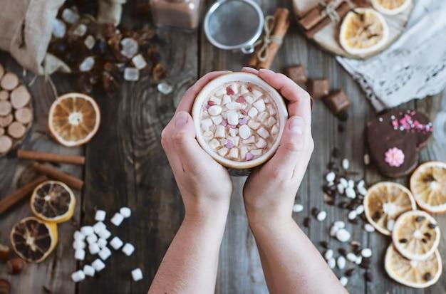 Taza de cacao en manos femeninas.