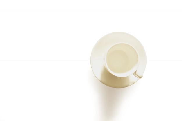 La taza de café aisló el estudio tirado con el camino de recortes en blanco