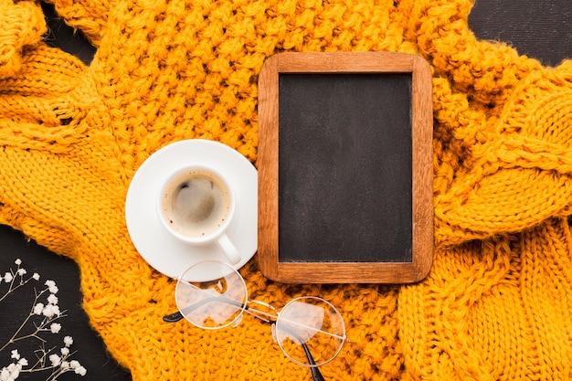 Taza de café al lado del marco
