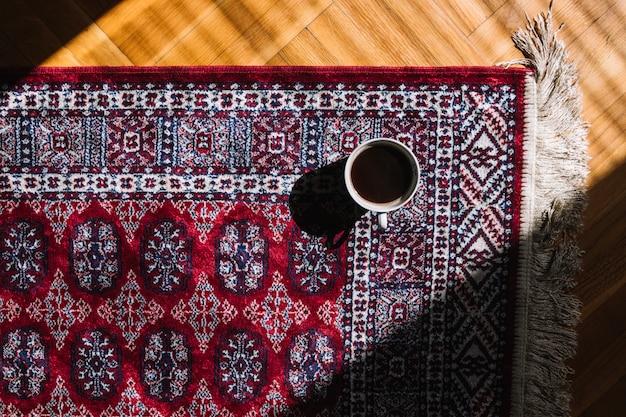 Taza de café en la alfombra