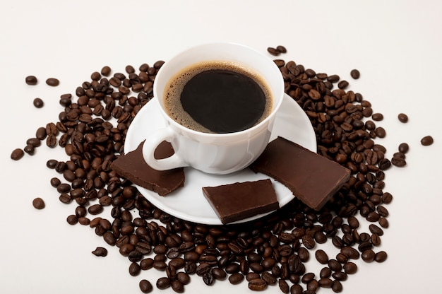 Taza de café de alto ángulo sobre fondo liso