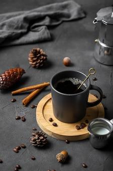 Taza de café de alto ángulo en el tablero wiiden