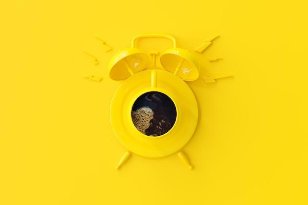 La taza de café amarilla parece un reloj despertador.