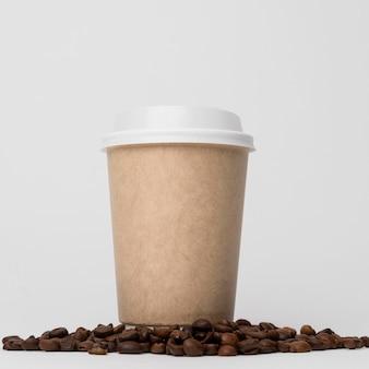 Taza de café en ángulo bajo de frijoles