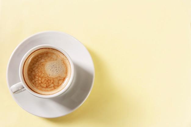 Taza con café aromático en una taza blanca