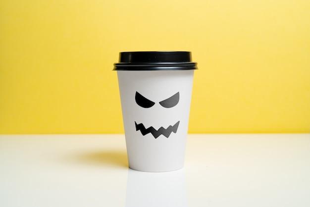 Una taza de café artesanal con una sonrisa traviesa en las fiestas de halloween