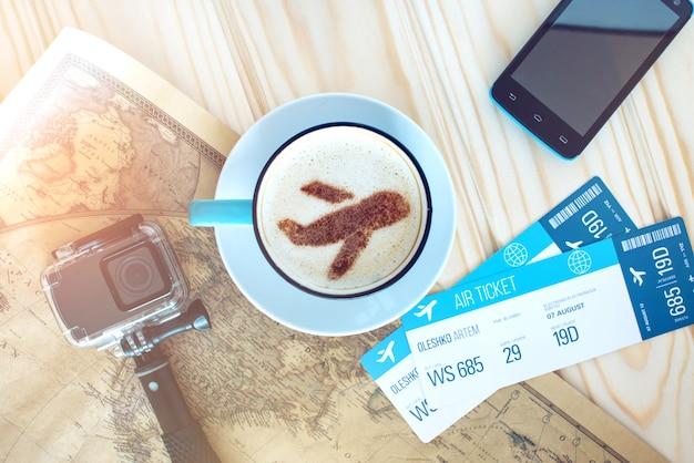 Taza de café con el avión de canela sobre espuma.