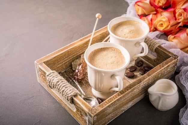 Taza de café en bandeja de madera vintage