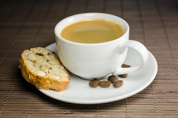 Taza de café y biscotti