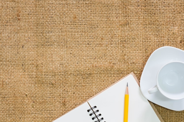 Taza de café con bloc de notas