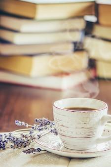 Una taza de café y un buen día de humo en la oficina en el trabajo. enfoque selectivo