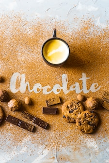 Una taza de café, cacao o chocolate caliente en el fondo del chocolate inscripción.