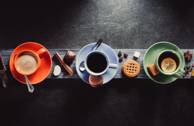 Taza de café, cacao y té sobre fondo de madera