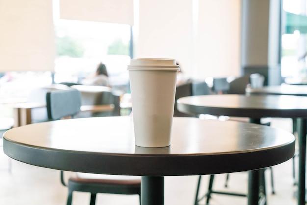 Taza de café en la cafetería