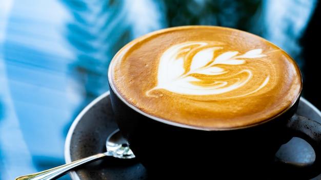 Taza de café caliente para beber por la mañana. nuevo comienzo del día y saludable.