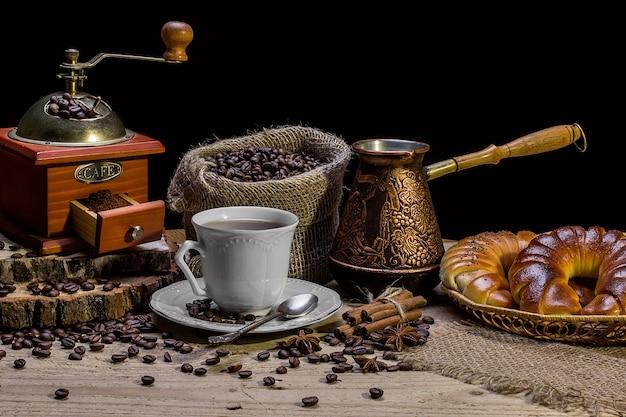Taza de café caliente y cruasanes recién hechos, naturaleza muerta