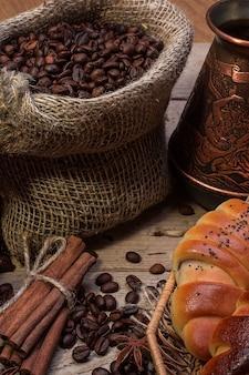 Taza de café caliente y cruasanes recién hechos