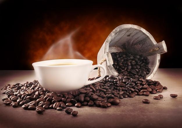 Taza de café caliente y granos de café