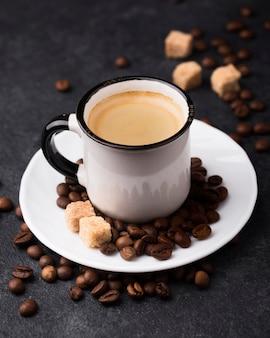 Taza de café caliente en la mesa