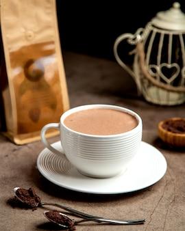 Una taza de café caliente servido en taza blanca