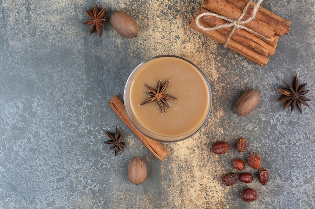 Taza de café con canela en rama sobre fondo de mármol. foto de alta calidad