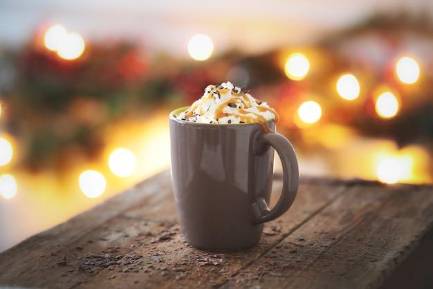 Taza de café con caramelo y crema batida