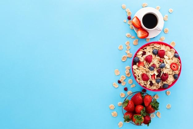 Taza de café y cereales saludables.
