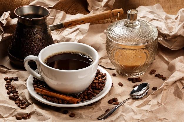 Taza de café y cezve para café turco
