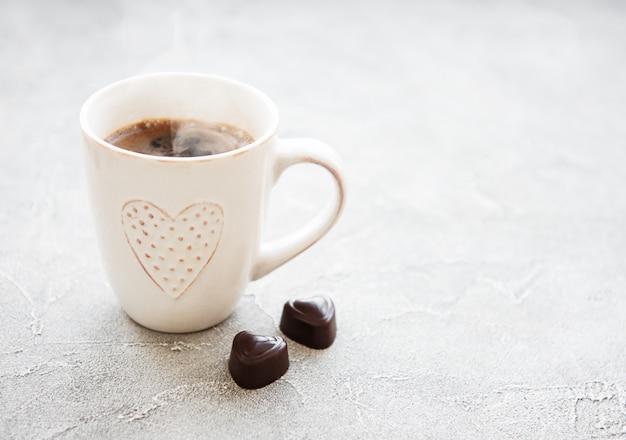 Taza de café y chocolate dulce.