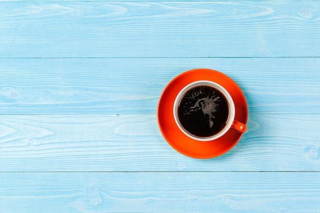 Taza de café de colores brillantes en la vista superior de la mesa