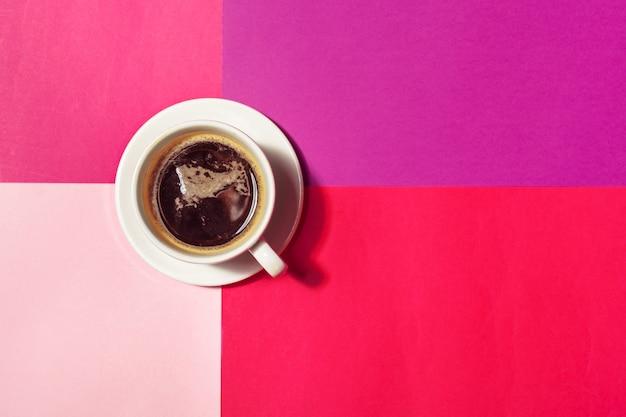 Taza de café en colores de fondo