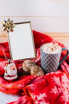 Taza de café con crema batida y marco.