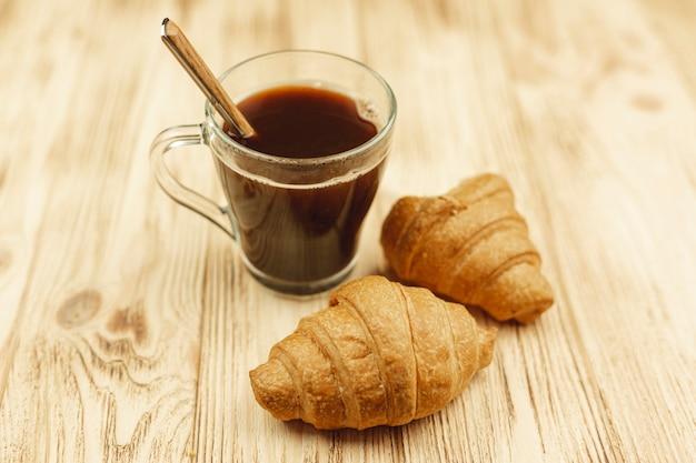 Taza de café y cruasanes en la mesa