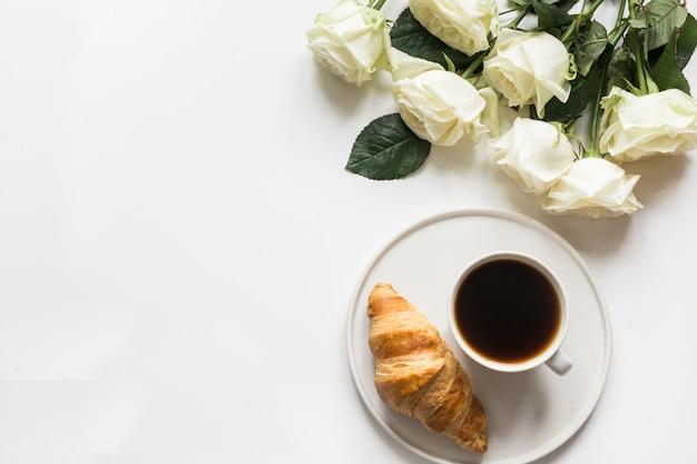Taza de café y cruasanes recién horneados. vista superior. copia espacio