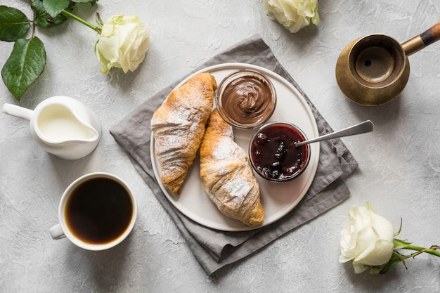 Taza de café, cruasanes recién horneados. vista superior. endecha plana. concepto de desayuno francés.