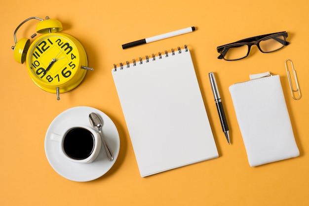 Taza de café y cuaderno de vista superior