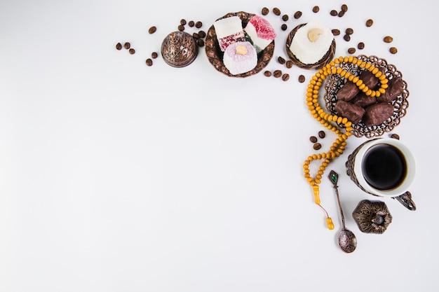 Taza de café con dátiles frutales y abalorios.