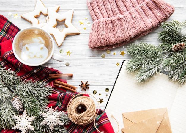 Taza de café y decoraciones navideñas.