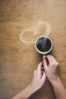 Taza de café para el desayuno en sus manos. enfoque selectivo