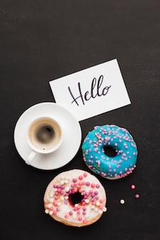Taza de café y donas para el desayuno.