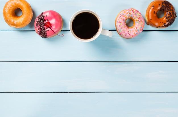 Taza con café y donas